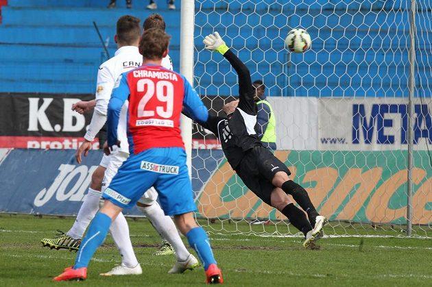 Brankář Baníku Jiří Pavlenka inkasuje druhou branku v utkání s Plzní.