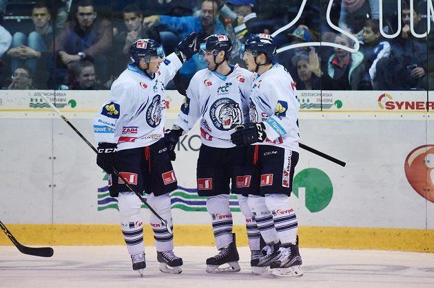 (Zleva) liberecký obránce Martin Ševc, útočník Michal Řepík a obránce Radim Šimek se radují z druhého gólu proti Mladé Boleslavi.
