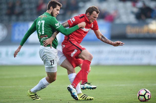 Utkání 10. kola první fotbalové ligy FK Jablonec - Zbrojovka Brno. Vojtěch Kubista (vlevo) z Jablonce a Jakub Řezníček ze Zbrojovky Brno .