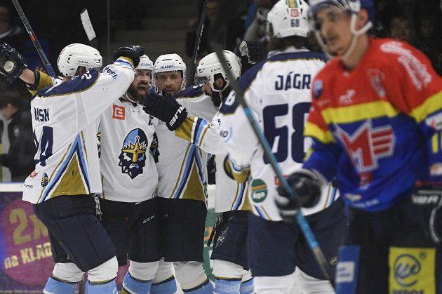 Kladno hází! Hokejoví Rytíři Antonín Melka (druhý zleva) se raduje se spoluhráči z prvního gólu.