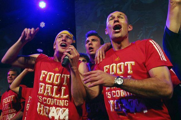 Bastian Schweinsteiger (vlevo) a autor vítězné trefy Arjen Robben slaví na banketu v Grosvenor House v Londýně triumf v Lize mistrů.