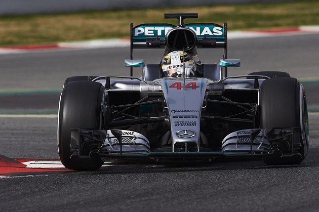 Britský pilot Lewis Hamilton během testů v Katalánsku.