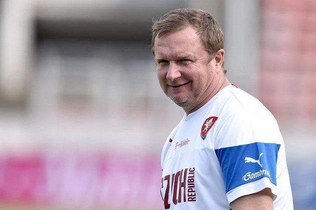 Trenér Pavel Vrba během tréninku české fotbalové reprezentace před utkáním kvalifikace na Islandu.