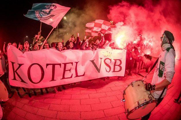Fanoušci Vysoké školy báňské před stadionem.