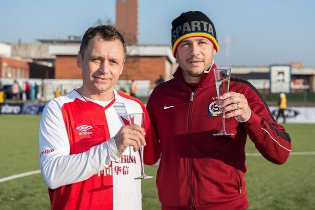Ivo Ulich ze Slavie Praha a Miroslav Baranek ze Sparty Praha během tradičního Silvestrovského derby internacionálů v pražském Edenu.