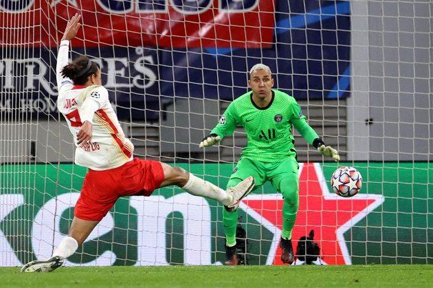 Brankář PSG Keylor Navas sleduje počínání Yussufa Poulsena z Lipska.