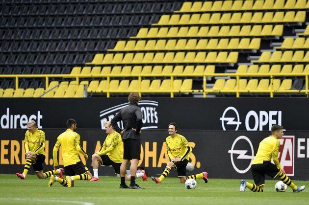 Dortmund při rozcvičce před zápasem se Schalke.