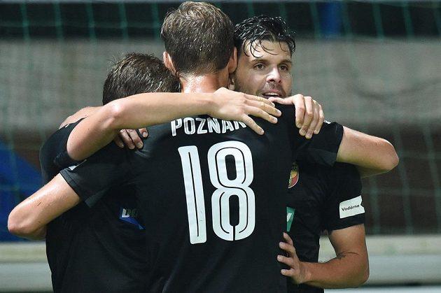 Autor druhého plzeňského gólu Michal Ďuriš (vpravo) se při utkání v Liberci raduje se spoluhráči.