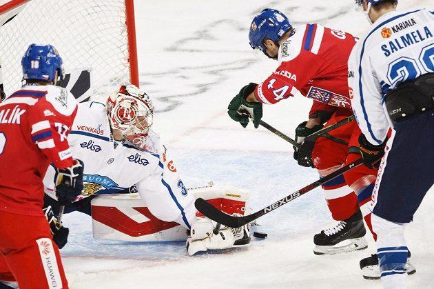 Milan Gulaš takto dotlačil puk za záda finského gólmana Harriho Sateriho.