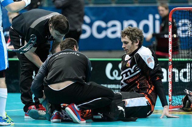 Jan Barák je ošetřovaný při zápase s Dánskem.