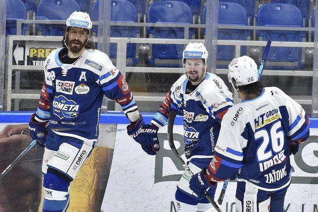 Hokejisté Brna se radují z vítězství - zleva autor gólu v prodloužení Peter Mueller, Petr Holík a Martin Zaťovič.