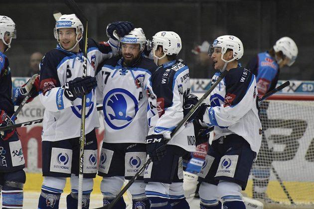 Hokejisté Škody Plzeň slaví gól na chomutovském ledě v utkání 34. kola ELH.