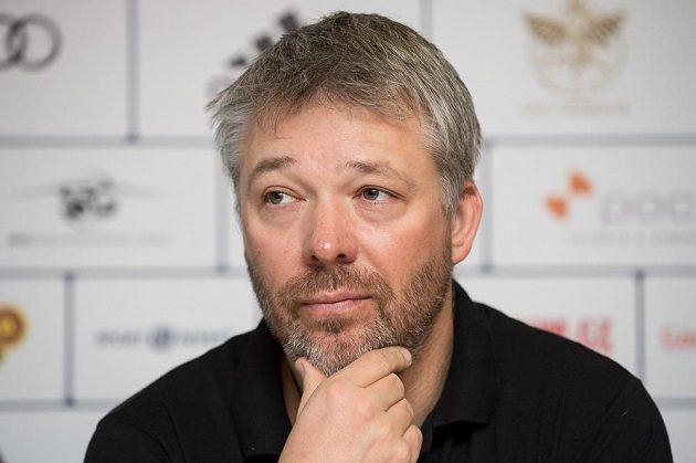 Trenér Tomáš Bank na tiskové konferenci před nadcházející zimní sezónou.