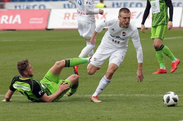 Ladislav Takács z Boleslavi se snaží za každou cenu zastavit Martina Šindeláře z Ostravy v utkání nejvyšší soutěže fotbalistů.