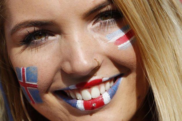Nalíčená islandská fanynka.