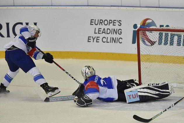 Útočník Jan Hruška z Brna a brankář Zugu Sandro Aeschlimann během utkání hokejové Ligy mistrů.