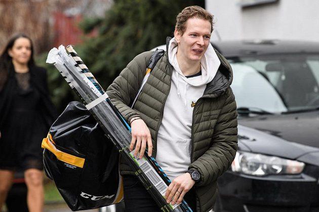 Jakub Krejčík přichází na sraz hokejové reprezentace před turnajem Beijer Hockey Games.