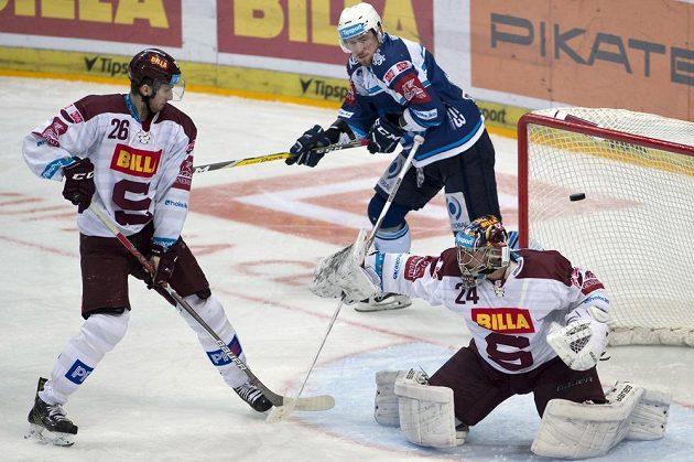 Rozhodující okamžik! Brankář Sparty Tomáš Pöpperle dostává od plzeňského Miroslava Indráka (není na snímku) druhý gól. Zleva jsou Juraj Mikuš ze Sparty a Jakub Lev z Plzně.