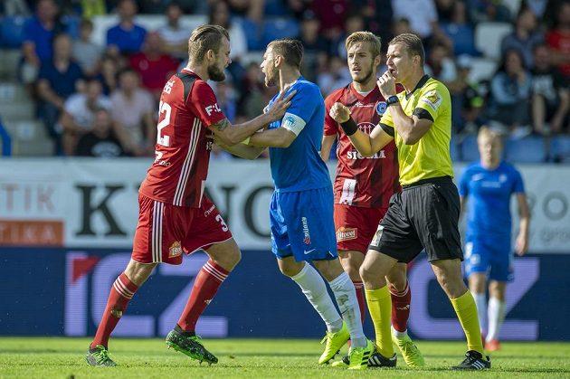 Radim Breite z Liberce a Vít Beneš z Olomouce (vlevo) a jejich spor během utkání 4. kola fotbalové ligy.