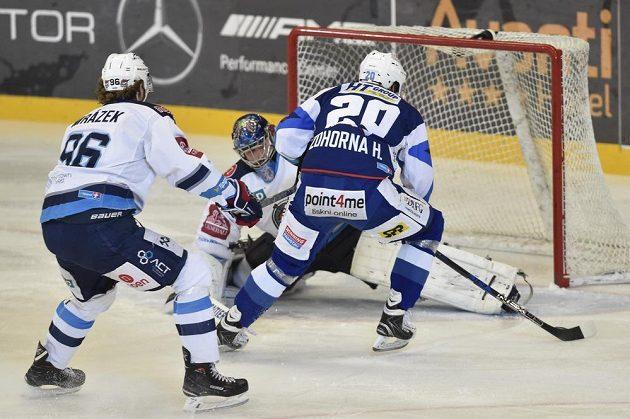 Hynek Zohorna z Brna dává gól brankáři Chomutova Jánu Lacovi. Vlevo je Jaroslav Mrázek.