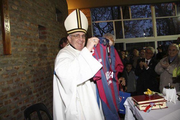 Čerstvě zvolený papež František pózuje s dresem svého oblíbeného fotbalového klubu.