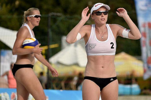Hana Skalníková (vlevo) a Kristýna Kolocová při turnaji v Praze.