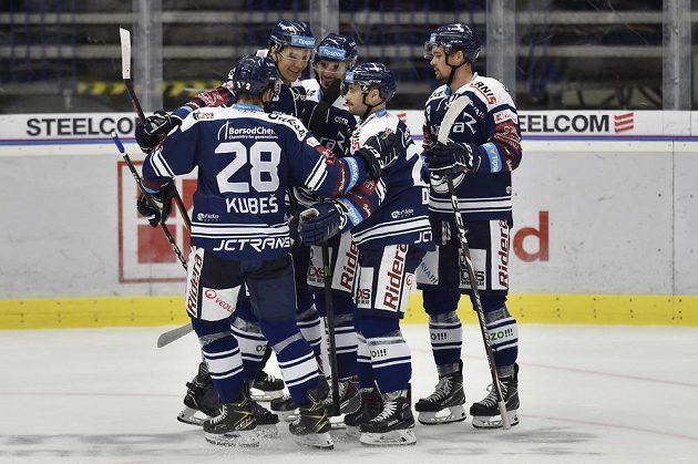 Hokejisté Vítkovic se radují z prvního gólu během utkání hokejového Poháru Generali České pojišťovny.