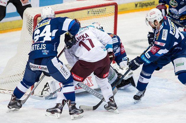 Sparťanský hokejista Jaroslav Hlinka střílí gól na 1:0 během prvního utkání čtvrtfinále Generali play off proti Kometě Brno.