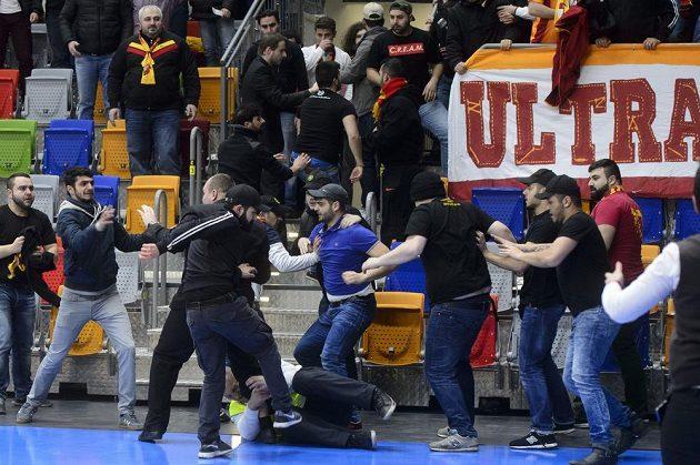 Turečtí fanoušci se perou s pořadateli.