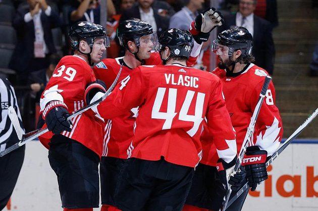 Hokejisté Kanady se radují z gólu proti Výběru Evropy