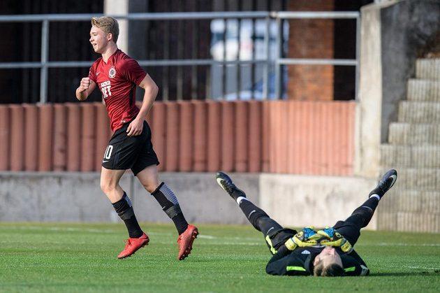 Útočník Sparty Václav Drchal oslavuje svůj třetí gól během přípravného utkání s Táborskem.