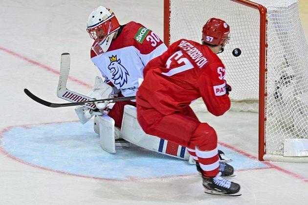 Arťom Švec-Rogovoj z Ruska překonává českého brankáře Šimona Hrubce.