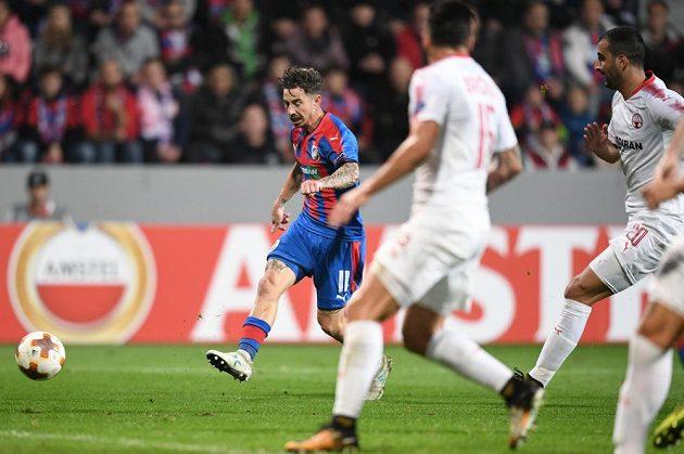 Plzeňský Milan Petržela střílí gól do sítě izraelského týmu v utkání Evropské ligy.
