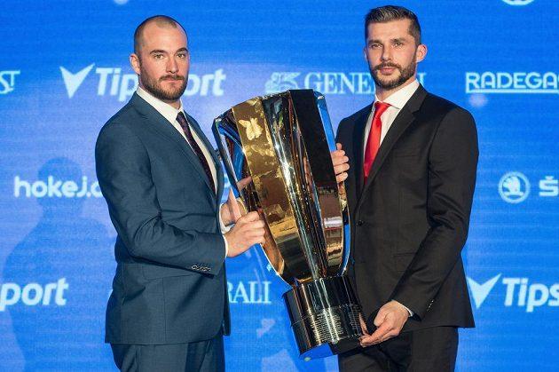 Hokejisté Komety Brno Marek Čiliak (vlevo) Leoš Čermák s trofejí pro vítěze extraligy.