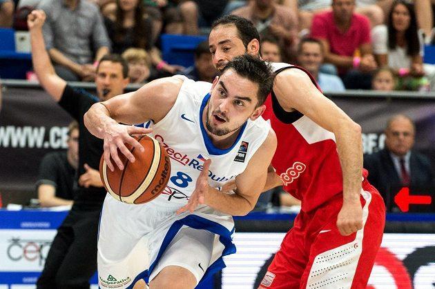 Český basketbalista Tomáš Satoranský během zápasu s Tuniskem.