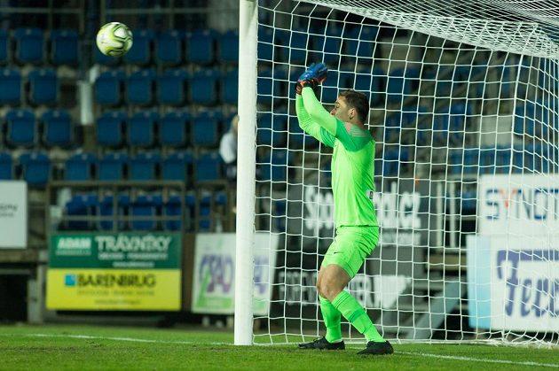 Brankář Liberce Filip Nguyen chytá rozhodující penaltu.