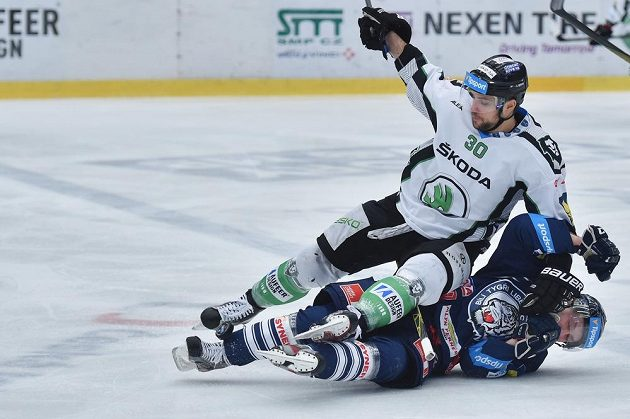 Mladoboleslavský útočník Dominik Pacovský (v bílém dresu) a liberecký forvard Jan Stránský v zápase 31. kola hokejové Tipsport extraligy.