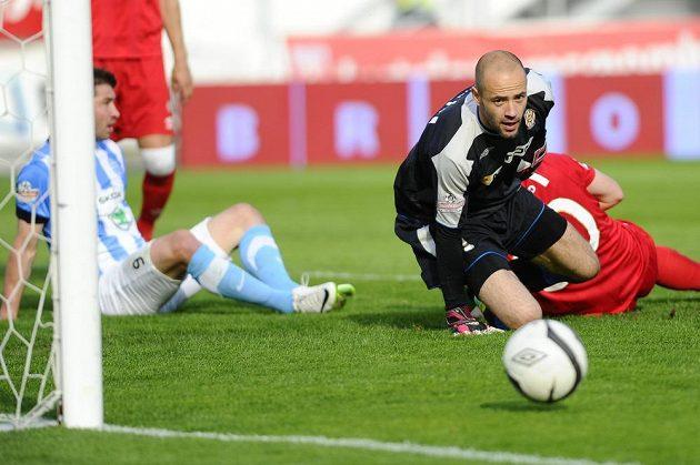 Brankář Zbrojovky Brno Martin Doležal kontroluje míč po šanci mladoboleslavských hráčů.