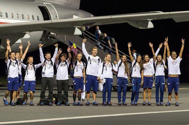První část olympijské výpravy, vodní slalomáři a plavci před odletem na LOH do Ria.