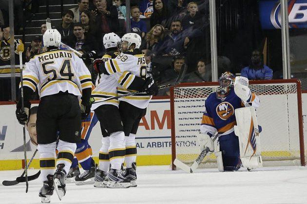 Hráči Bostonu Bruins se radují z gólu Davida Pastrňáka (88) v zápase kanadskoamerické NHL proti New Yorku Islanders.