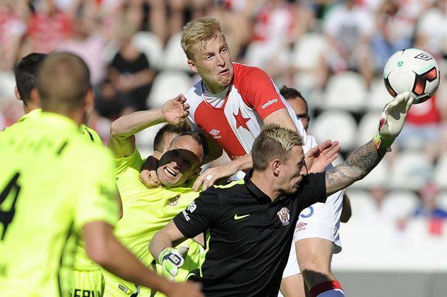 Slávista Michal Frydrych (nahoře) střílí úvodní gól v utkání proti Brnu.