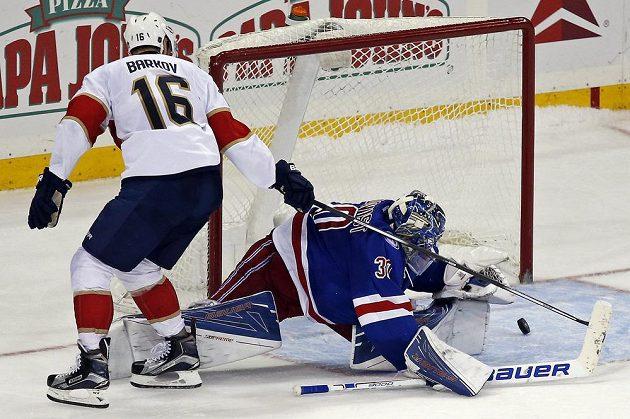 Centr Floridy Aleksander Barkov vyzrál při nájezdu na brankáře New York Rangers Henrika Lundqvista.