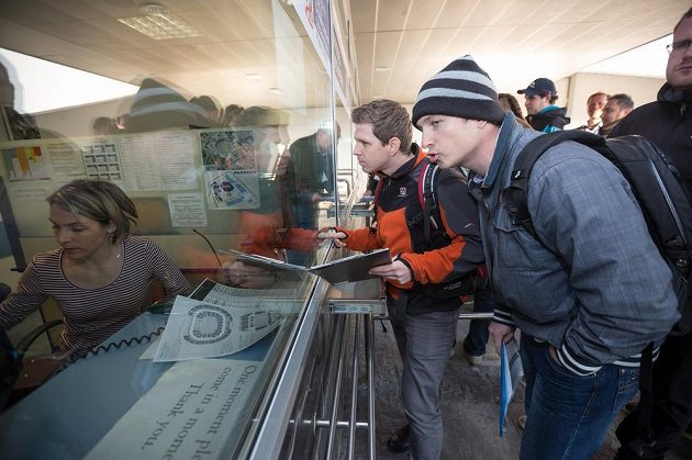 Za velkého zájmu fanoušků začal v Ostravě ráno prodej vstupenek na hokejové mistrovství světa.