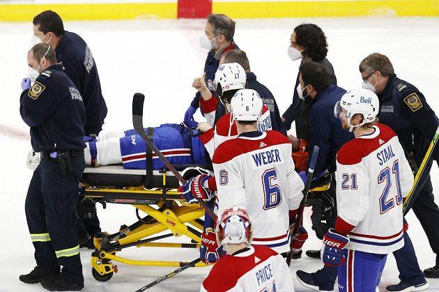 Útočník Montrealu Canadiens Jake Evans (71) skončil po hrubém ataku v utkání play off NHL na nosítkách, zdviženým palcem ale ukázal fanouškům, že bude v pořádku.