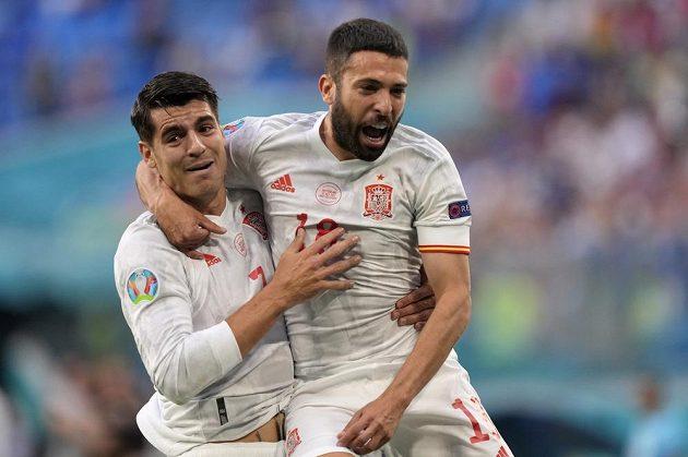 Španělský hrdina Jordi Alba slaví gól v síti Švýcarska ve čtvrtfinále EURO se spoluhráčem Alvarem Moratou.