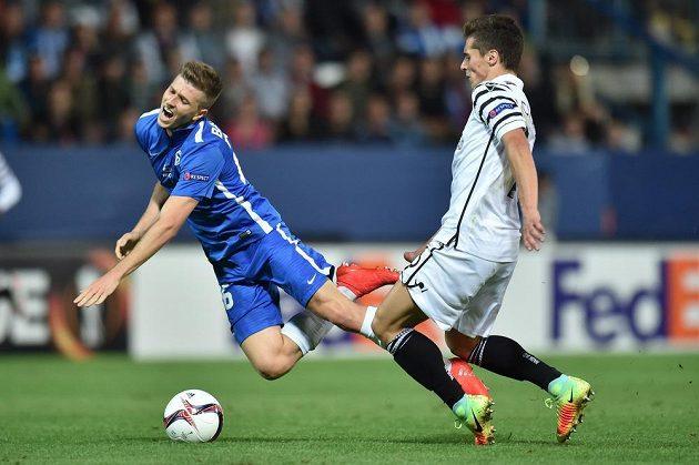 Lukáš Bartošák ze Slovanu Liberec (vlevo) padá po ataku Gojka Cimirota ze Soluně.
