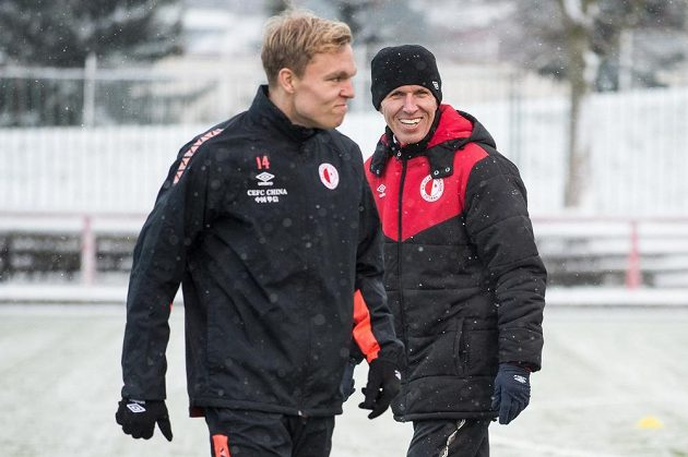 Trenér Slavie Jaroslav Šilhavý během zimní přípravy v pražském Edenu. Vlevo útočník Mick van Buren.