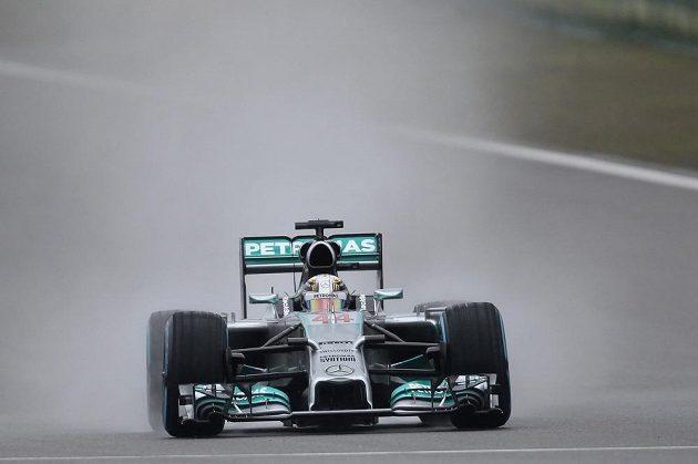 Jezdec stáje Mercedes Lewis Hamilton odstartuje do nedělního závodu z prvního místa.