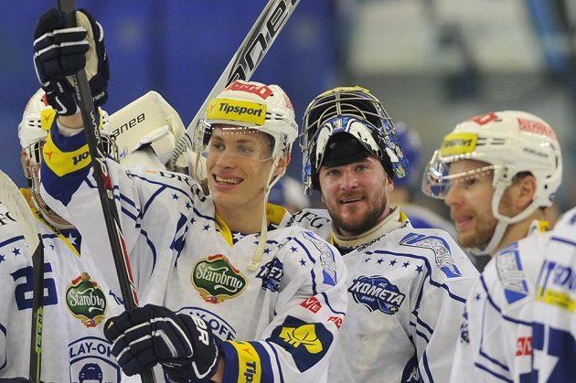 Útočník Komety Petr Mrázek (vlevo) a brankář Marek Čiliak slaví postup do semifinále play off extraligy.
