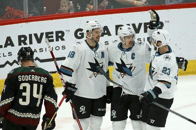 Hráči Sharks po gólu kapitána Žraloků Couturea (uprostřed) do prázdné branky, vlevo Tomáš Hertl.